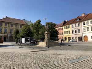Po rekonstrukci je kašna na Malém náměstí opět v provozu. Město by ji chtělo na zimu zastřešit