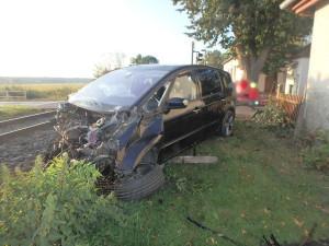 Na železničním přejezdu u Lukové smetl vlak osobní auto, jeho řidič skončil v nemocnici