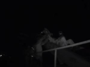 VIDEO: Policie přesvědčila muže, aby neskákal. Seděl na traverze železničního mostu v Hradci Králové
