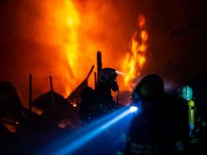 V Suchém Dole hoří skladovací hala se senem. Škoda je odhadnuta na devět milionů korun