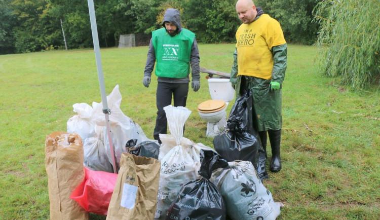 31 dobrovolníků uklidilo Biřičku v Hradci Králové. Mimo jiné se našel záchod a 90 plechovek piva