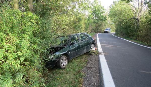 Pod vlivem neudržel auto na silnici. Sjel z ní a narazil do stromu