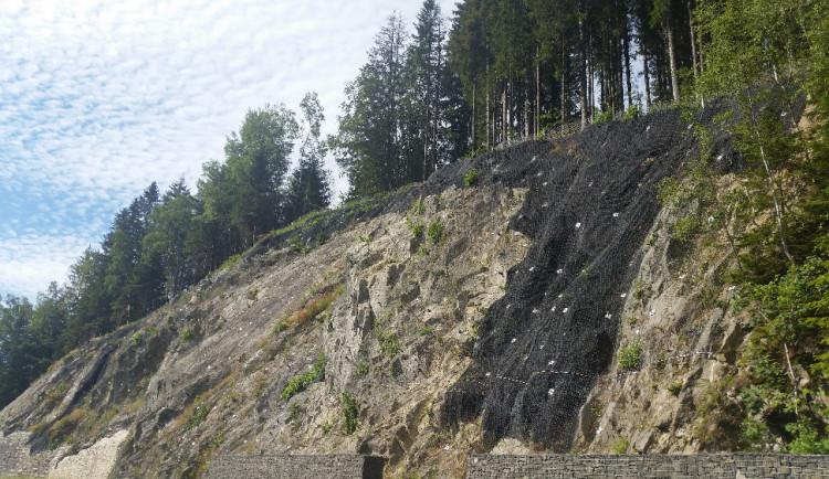 Královéhradecký kraj se chystá zabezpečit skalnaté svahy nad silnicemi v horách