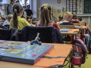 Třicítka škol v kraji se bude starat o děti lékařů, zdravotníků a členů IZS