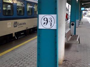 Z vlakového nádraží v Hradci Králové rovnou do Bradavic. Vtipálek zde označil nástupiště 9 a 3/4