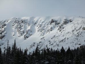 V Krkonoších napadl první letošní sníh, v nížinách zvedá déšť hladiny řek. Zasahovat musí i hasiči