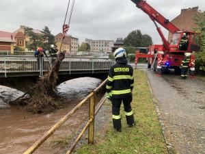 Ve Špindlerově Mlýně spadl strom na základní školu, sportovní halu a stádo ovcí. Hasiči museli po dešti vyčistit i koryto řeky pod mostem v Broumově