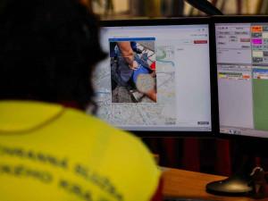 VIDEO: V kraji začínají záchranáři s volajícím komunikovat přes videohovor. Možné je to díky aplikaci Záchranka