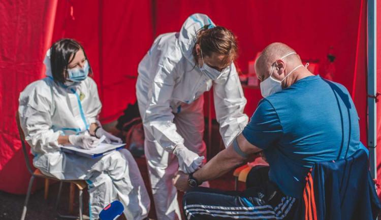 Nakažených bude přibývat ještě deset dní, tvrdí Prymula. Kolaps zdravotní péče nehrozí