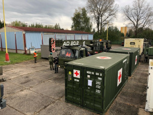 FOTO: Vojáci začali v Hradci Králové nakládat polní nemocnice pro Prahu