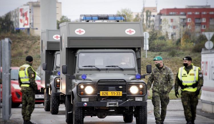 FOTO   VIDEO: Z Hradce dnes vyjede hlavní kolona vojenského konvoje s vybavením pro polní nemocnice v Letňanech