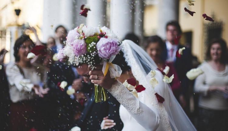 Od dnešního dne může být na svatbě či pohřbu maximálně třicet lidí