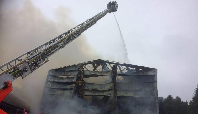 Škoda po požáru skladu sena v Suchém Dole na Náchodsku se vyšplhala na 20 milionů korun