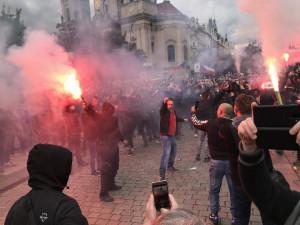 FOTO | VIDEO: Bezpečnostního opatření v Praze se zúčastnili i policisté z kraje. Po protestech je několik lidí podezřelých z trestného činu
