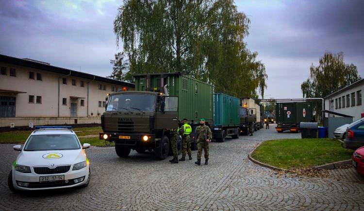 FOTO: V Letňanech začala stavba polní nemocnice. Část vybavení dorazilo z Hradce Králové