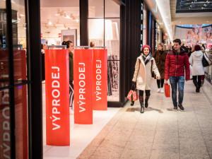 ANKETA: Nakupujete ve slevách? Ženy podle průzkumů berou zlevněné věci, i když je nepotřebují