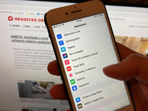 StB praktiky, píší lidé na sociálních sítích. Po aktualizaci iOS se v některých telefonech objevila skrytá funkce podporující eRoušku