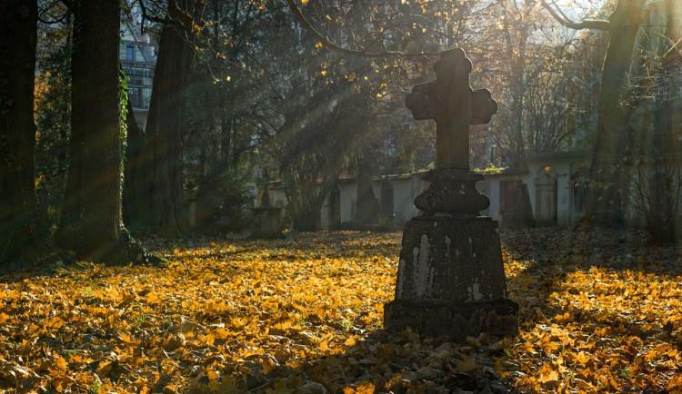Památka zesnulých v rouškách. Hřbitovy v Hradci Králové budou otevřené v omezeném režimu