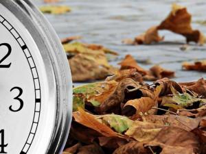 V noci se mění letní čas na zimní. Zrušení střídání času se kvůli koronaviru odsune