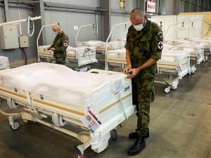 FOTO | VIDEO: Záložní nemocnice v Letňanech je hotova. Materiál na ni byl dovezen z Hradce Králové