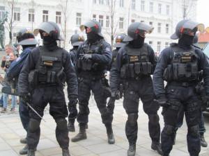 Stovky policistů budou hlídat středeční protesty v Praze. Opět vypomohou i policisté z Královéhradeckého kraje