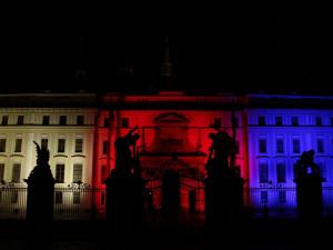 Prezident Zeman vyznamenal válečné veterány či lidi bojující proti epidemii. V projevu vyzval k dodržování opatření
