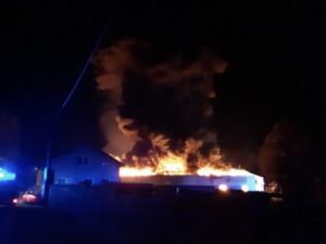 VIDEO: Na Semilsku hořela výrobní a skladovací hala, zasahovat pomáhali i hasiči z Královéhradeckého kraje