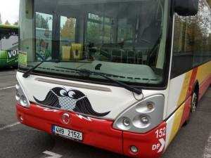 V Hradci Králové opět začnou jezdit autobusy s knírkem. I letos se město zapojuje do akce Movember