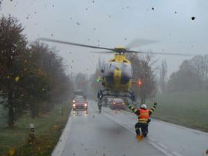 FOTO: Do Rybné nad Zdobnicí o víkendu letěl vrtulník. Řidič osobního auta narazil do stromu vedle silnice