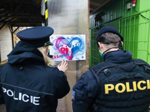 FOTO | VIDEO: Policie v Královéhradeckém kraji rozvezla po nemocnicích srdce se vzkazy a pozdravy