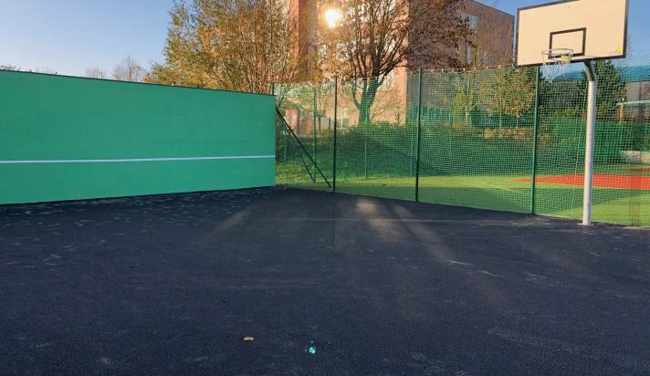 Ve Strži ve Dvoře Králové mají nové asfaltové hřiště na streetball. Vyrostla tu i tenisová zeď