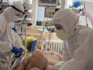 Zpocené tělo pod ochranným oblekem a smrt z minuty na minutu. To je každodenní realita na náchodské covidové JIP