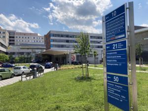 Ve Fakultní nemocnici Hradec Králové ubývá pacientů s koronavirem. Personál však stále chybí