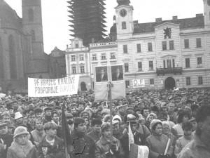 Sametová revoluce začala v Hradci Králové až 20. listopadu. Se studenty ji ve městě rozhýbali divadelní herci