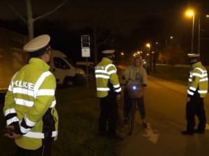 Hradečtí policisté se v těchto dnech zaměřují na osvětlení cyklistů