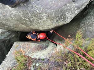 Hasiči společně se záchranáři a horolezci zachraňovali psa ve skalách na Broumovsku