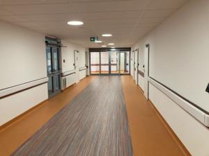 Nové pavilony náchodské nemocnice ošetří první pacienty v březnu příštího roku. Kraj nakupuje další vybavení