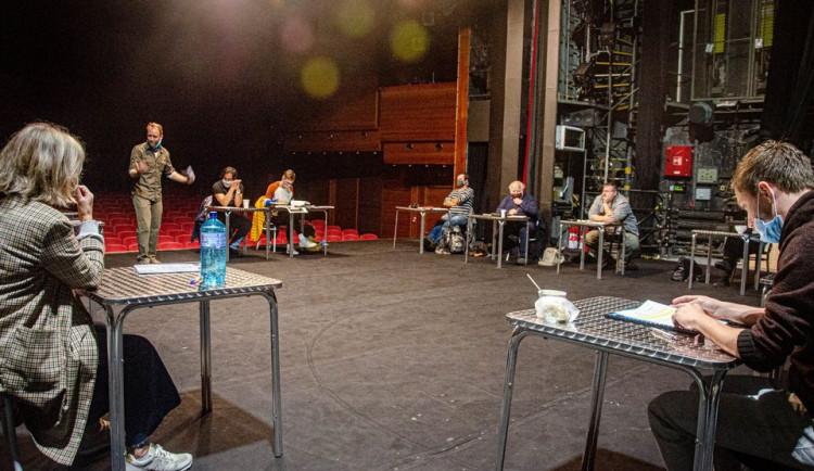 Noc divadel: Klicperovo divadlo odhalí vztahy v souboru a ukáže vynervovaného režiséra