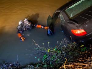 FOTO: V Černožicích sjelo auto do rybníka. Hasičům s vytažením pomáhali kolegové z Pardubického kraje