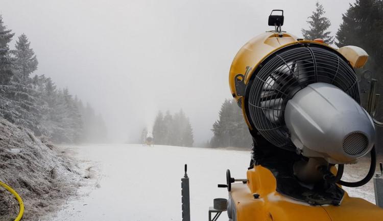 Skiareály na východě Čech už zasněžují