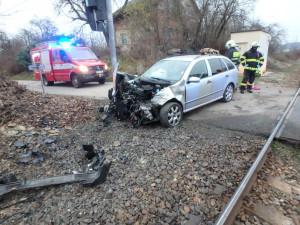 FOTO: Na Náchodsku se srazil vlak s osobním autem. Tři lidé skončili v nemocnici