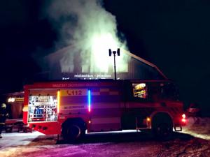 VIDEO: V Horních Mísečkách hořela Jilemnická bouda. Na místě zasahovalo několik jednotek hasičů