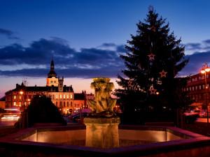 Adventní trhy a rozsvěcení vánočního stromu ruší i Hořice. Lidé ho budou sledovat jen online