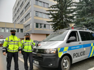 Střet auta se srnou museli policisté zadokumentovat co nejrychleji. Řidič spěchal za přítelkyní, která začala rodit