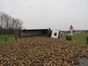 FOTO: Převrácený kamion s řepou zablokoval silnici mezi Hradcem Králové a Vamberkem