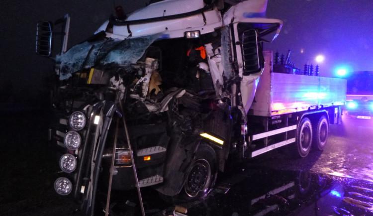FOTO: Po dnešní ranní nehodě zůstal v kabině kamionu zaklíněný řidič. Vyprostit ho museli hasiči