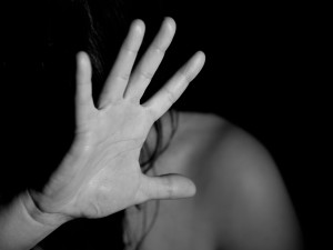 Romantika z protialkoholní léčebny skončila dlouhodobým týráním. Muž z Náchodska je teď ve vazbě