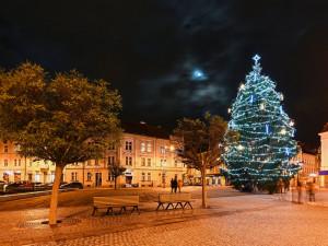FOTO | VIDEO: Dva vánoční stromy a desetitisíce žároviček. Takhle vypadá vánoční Hradec Králové