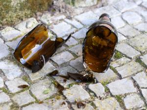 Policie řešila čtyři opilé děti. Dívce, která šla z mejdanu v lese nebylo ani 15 let