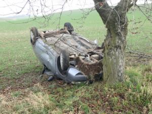 U Jasenné se auto otočilo na střechu, řidič nikde